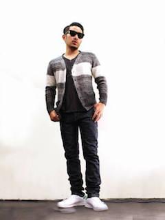 Tシャツ×グレーカーディガン×ジーンズ×スニーカーの秋コーデ