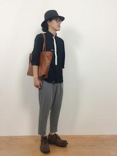 黒シャツ×パンツ×靴×ハット帽の秋コーデ 2