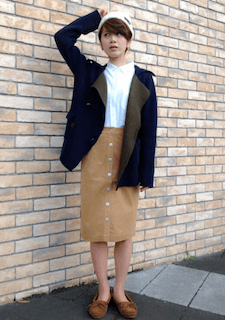 ネイビーのPコート×白のシャツ×キャメルのペンシルスカート