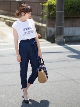 白のTシャツ×ネイビーのパンツ×黒のパンプス