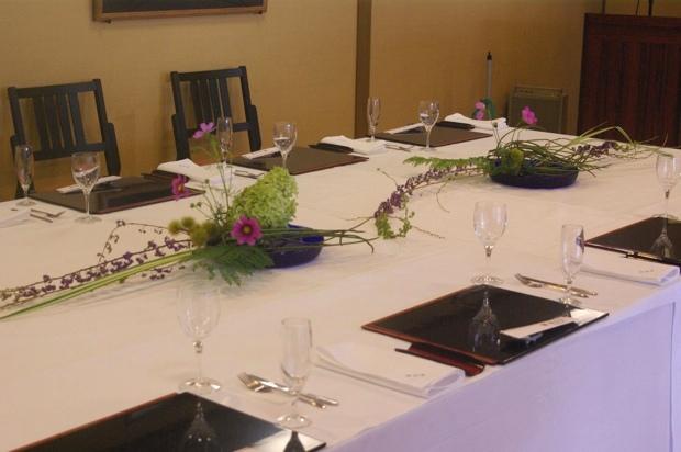 秋の食事会のテーブル花