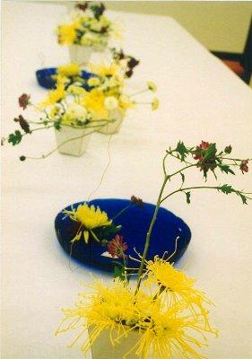 菊を使ったテーブル花と、急遽、壁掛けの装飾