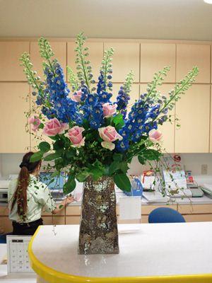 デルフィニウム バラ ロジータベンデラ 受付の花