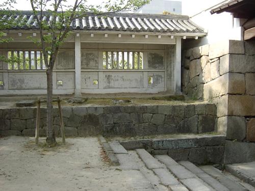 筋鉄門番所跡。門の脇には番所があったが、現在は模擬の建物が建てられている。