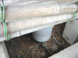 井戸内部 ポンプがある。