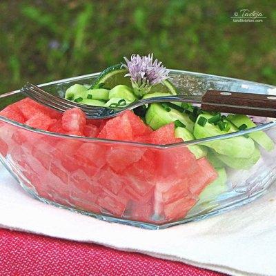 Salata od lubenice, svježih krastavaca i crvenog luka