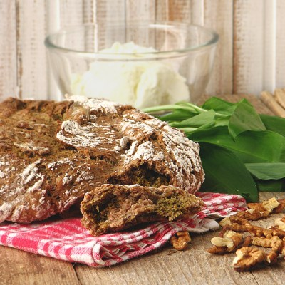Kruh koji se ne mijesi, s orasima i medvjeđim lukom