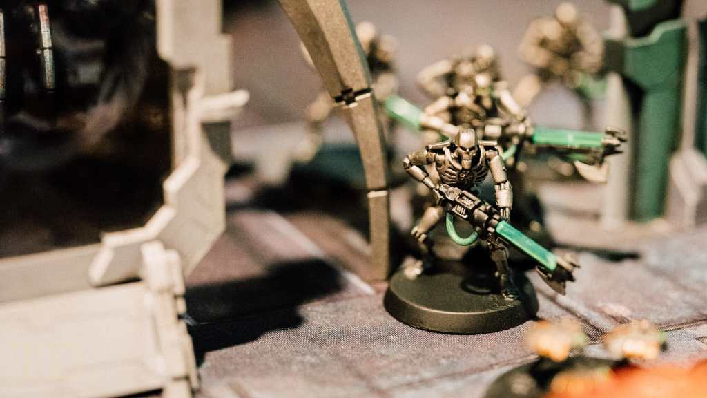 10 Tips for Macro Photography of Miniatures (an Easy Guide) - how to take good pictures of miniatures and models - how to take better photos of minis and scale models - necrons shallow depth of field