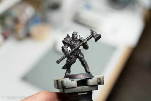 How to use an airbrush to paint zenithal highlights and shadows. Airbrush zenithal highlights on models and miniatures. Painting miniatures with an airbrush for fast, easy contrast. Tutorial for spraying zenithal highlights, a trick for speed painting. Miniature painting tricks, tips and tutorials. Dark, black or gray primer applied to the model.