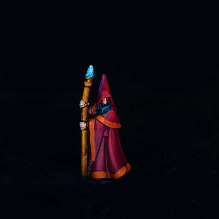 How to paint RPG miniatures for tabletop games in 10 easy steps - painting dnd models - rpg miniature painting - how to paint miniatures for dnd and roleplaying games RPGs - painting dungeon and dragon models - painting dnd minis - recommended varnishes for gaming miniatures - final studio photo of the painted reaper mage miniature