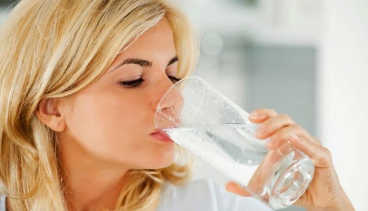 5 Alasan Kesehatan Kenapa Tidak Boleh Minum Sambil Berdiri