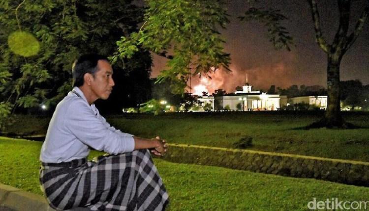 Jokowi Sarungan Rayakan Tahun Baru di Istana Bogor