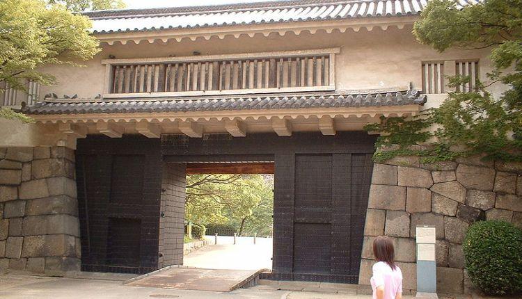 Fungsi Rahasia Lubang Segitiga di Gerbang Kastil Jepang