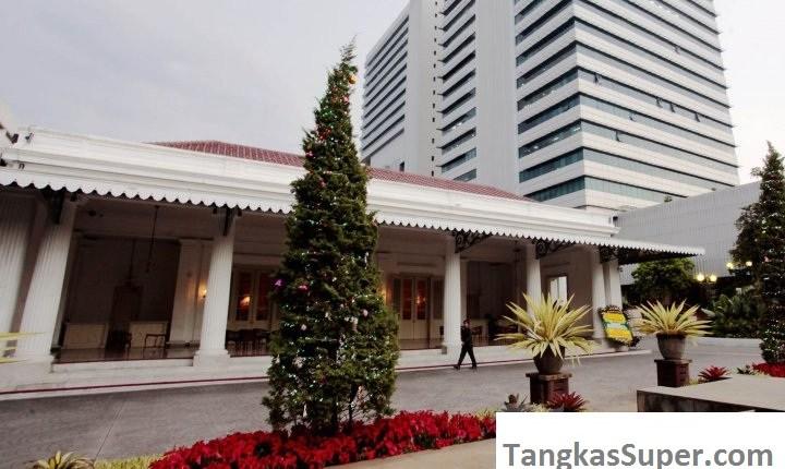 Pertama kalinya dalam sejarah Pohon Natal berdiri tegak di balai Kota