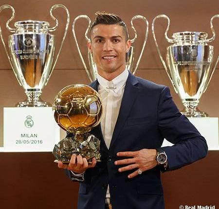 Cristiano Ronaldo perlihatkan Piala Baru nya