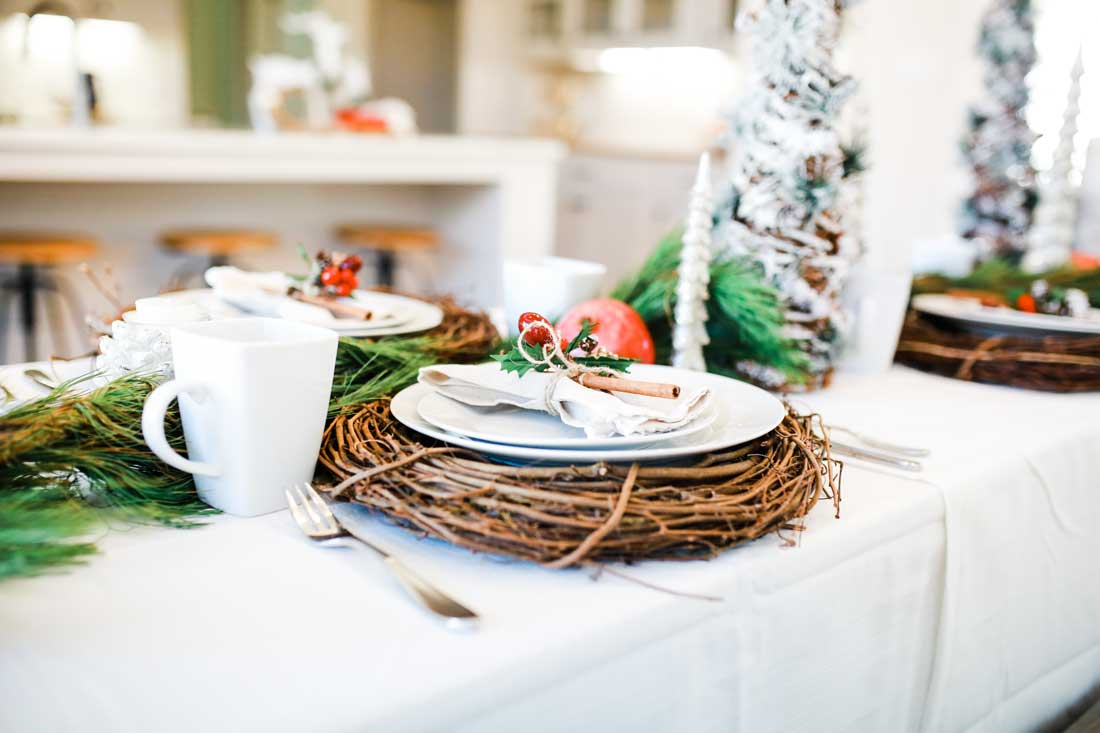 Beautiful Christmas table decor that is easy and creative