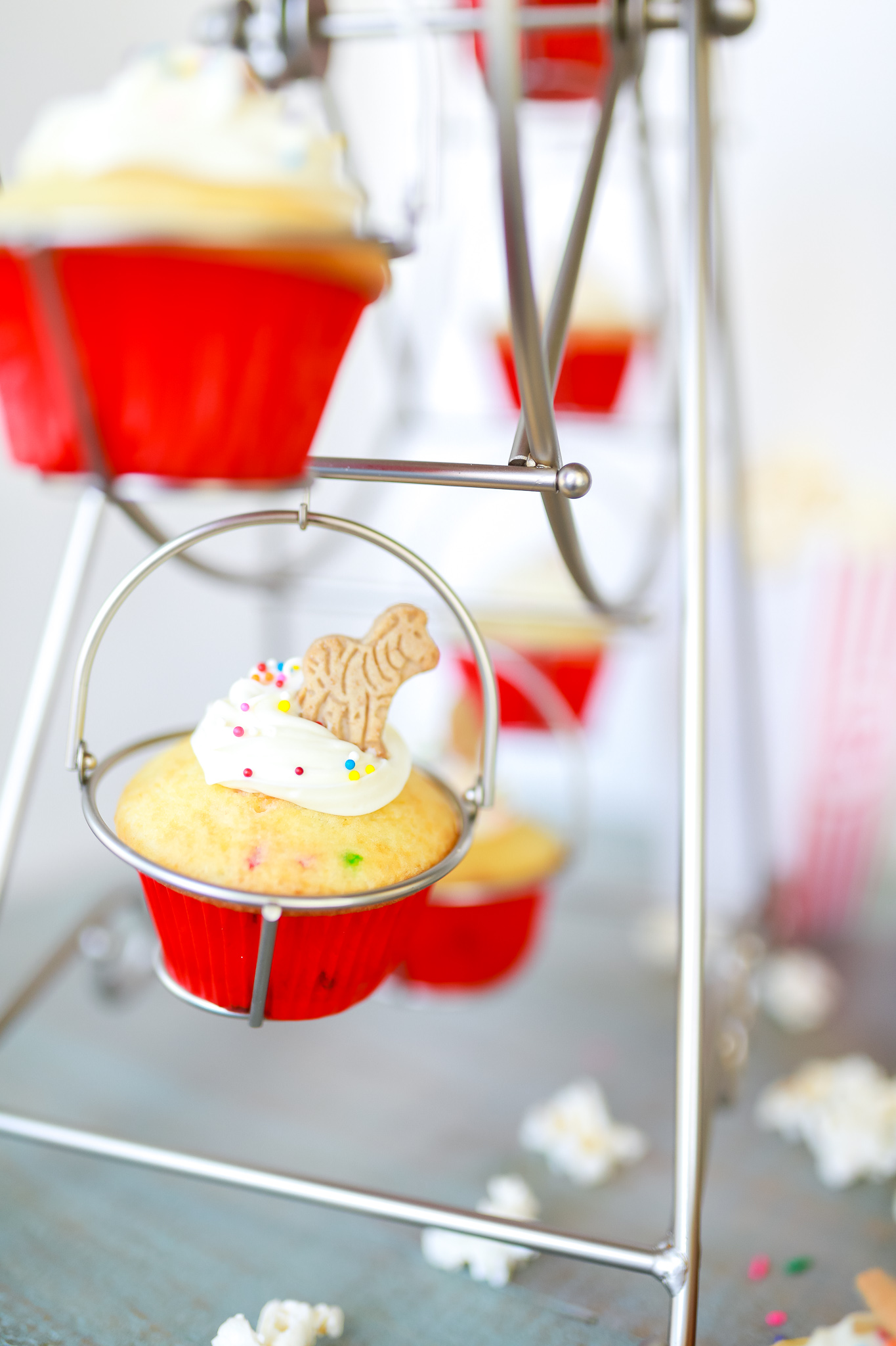 Cutest ever circus cupcakes! Super easy to make in record time! Recipe video tutorial included.