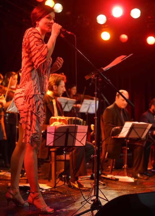 tangomuenchen- Michaela auf der Bühne im Schlachthof München