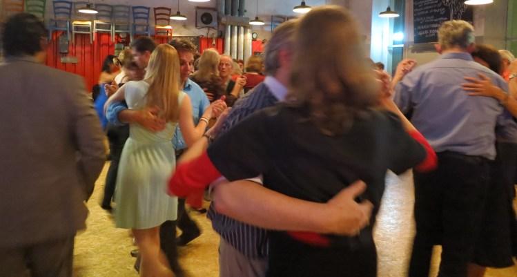 Milonga in München - sich umarmende Tangueros tanzen genussvoll auf einem Tangoball in München