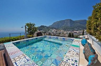 Meerblick Im Capri Tiberio Palace genießen Gäste Glamour pur, einen frischen und zeitgenössischen Stil und einen beeindruckenden Rundumblick auf Capri.
