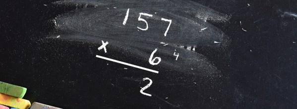 Une multiplication posée sur un tableau noir.