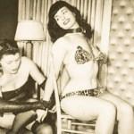 Betty Page wird an einen Stuhl gefesselt.