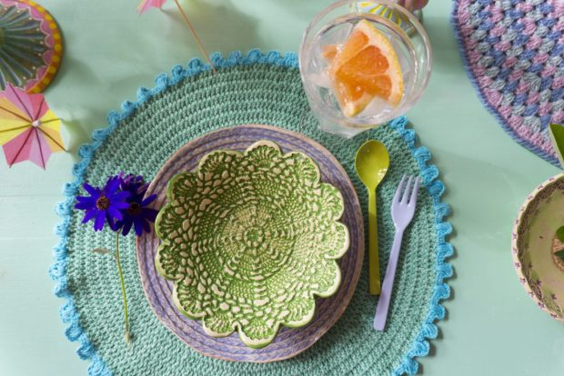 Gehäkelte Tischsets aus Catania Denim, Foto & getöpfertes Geschirr: Bine Brändle