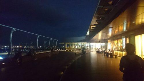 羽田空港夜の展望デッキ、スマホ