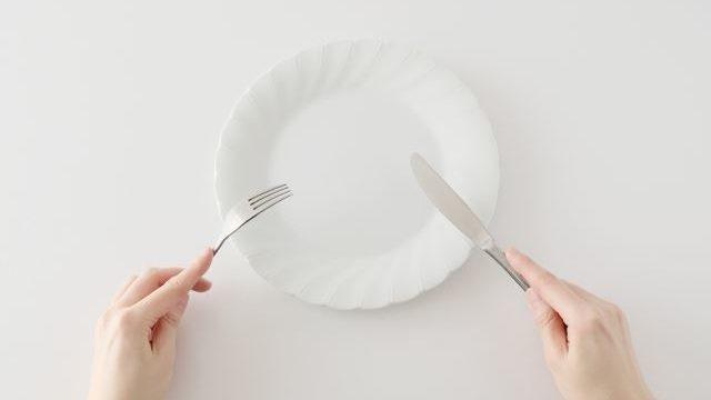 白い皿とナイフ・フォーク