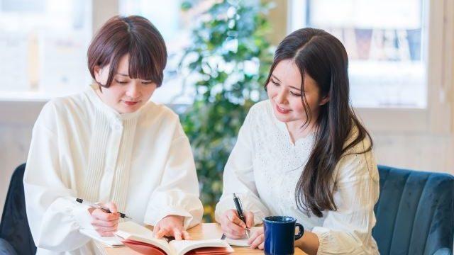 勉強を教える女性