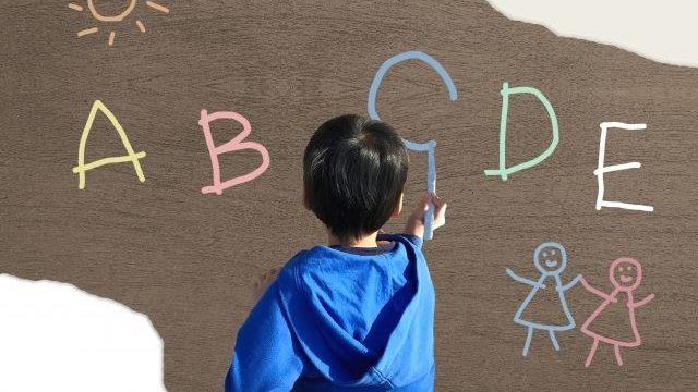 ローマ字を書いている子供