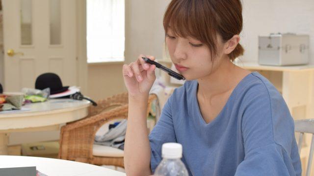 一人で勉強する女性