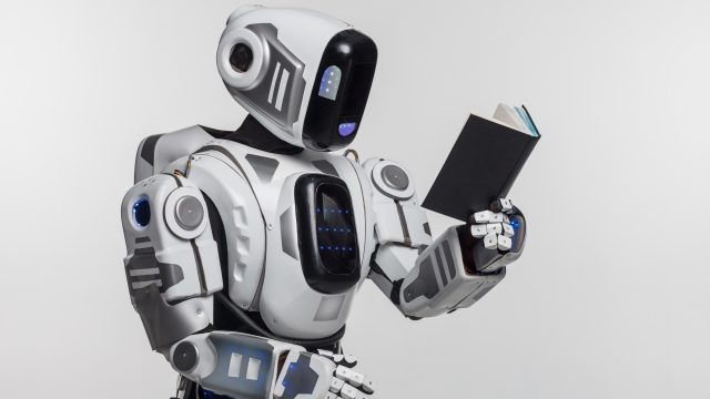 本を読んでいるロボット