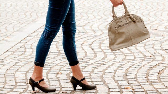 白いバッグを持っている女性