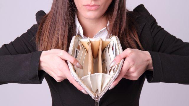 金欠でお財布にお金がない女性