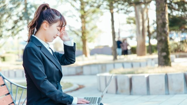 公園で仕事をする女性
