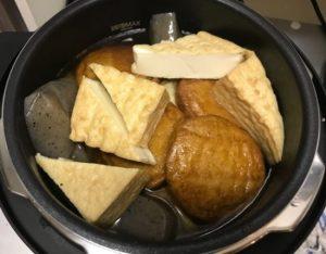 下ごしらえをしたおでん種を電気圧力鍋の中に入れる。