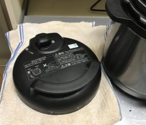 電気圧力鍋本体の横にタオルを置いておく。