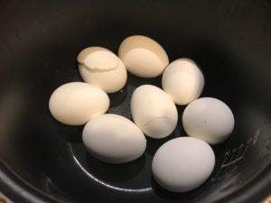 電気圧力鍋の中に一度にたくさん卵を入れると割れることが多いです。