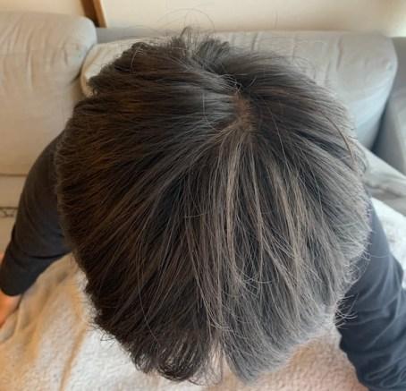 湯シャンをしている男性の頭頂部の画像