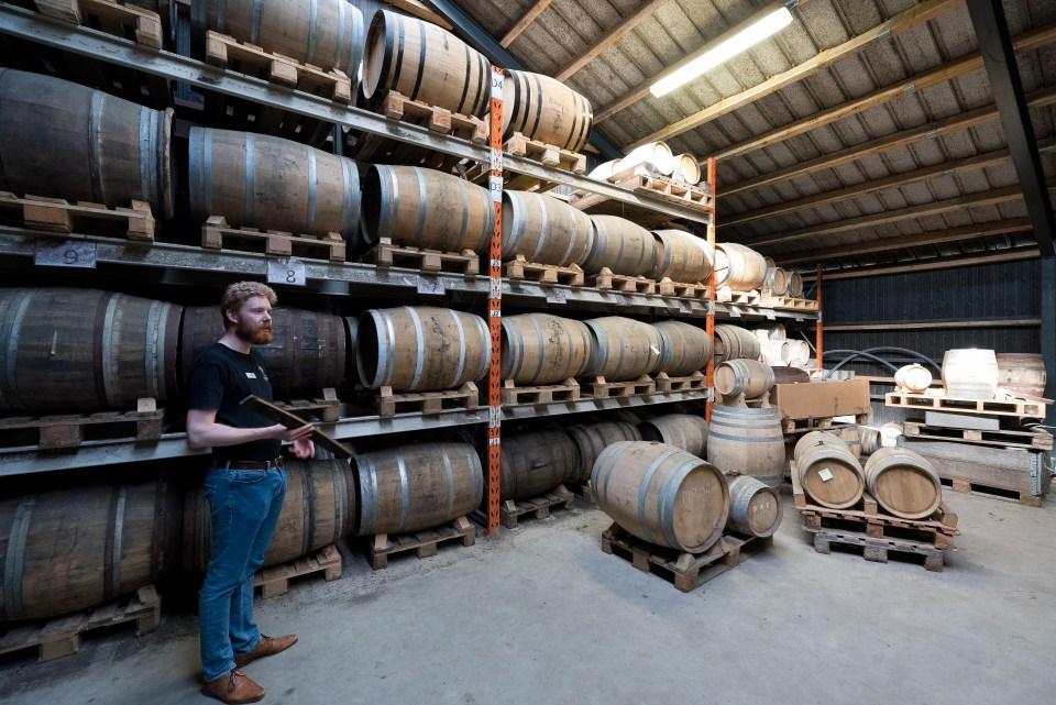 Im Fasslager wird der Whisky dann in verschiedenen Fässern aus Eiche und anderem Holz mindestens drei Jahre gereift. (Foto: Andreas Lerg)