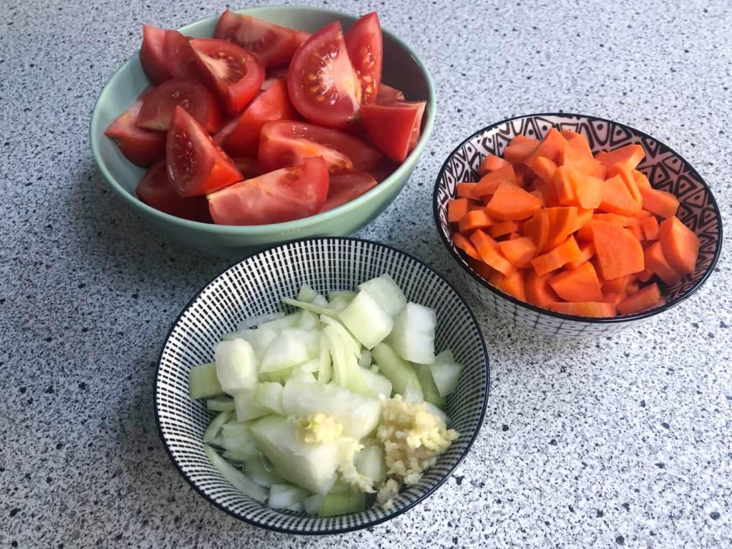 Makkelijk recept voor verse tomatensoep alle groenten gesneden