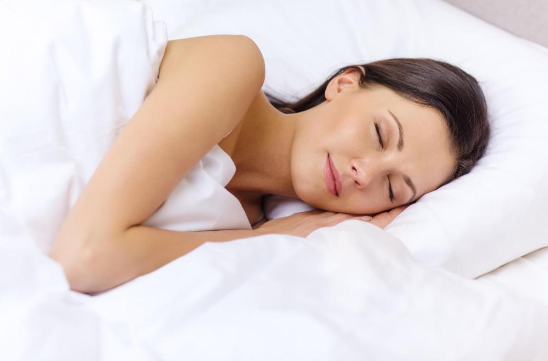 Waarom voldoende slaap belangrijk voor je huid is