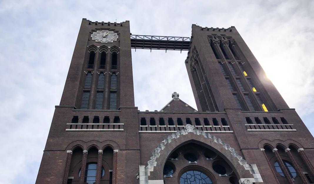 de loopbrug tussen de twee torens van de koepel kathedraal
