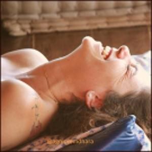 Mulher ao receber massagem tântrica
