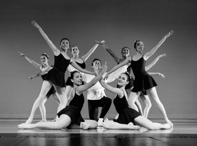 Black & white photo of group of ballet dancers posing
