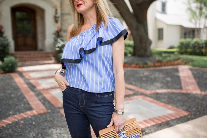 Striped one shoulder shirt and skinny jeans with silver slides