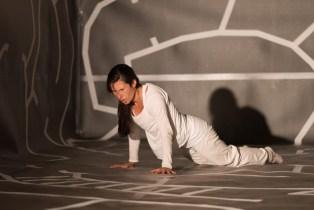 Hors d'ici - Tanzperformance von Tanzlicht K und interaktive Rauminstallation der Frankfurter Künstlerin malatsion