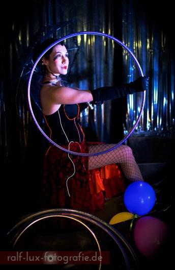 Modern Circus - Walk Act Charakter * Lichtkleid - LISELOTTE LICHT * © Foto: Ralf Lux