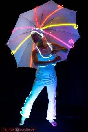 Farbiger Lichtschirm und weißes Lichtkostüm für Lichtshows und Walk Act, Foto: Ralf Lux